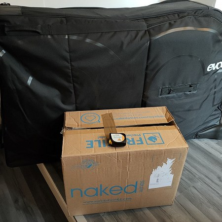1 bicycle in an Evoc bikebox of 28kg and a cardboard box of 11kg